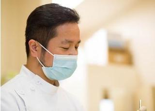 院長先生による診療風景です。患者様のご要望に沿った治療を心掛けております。