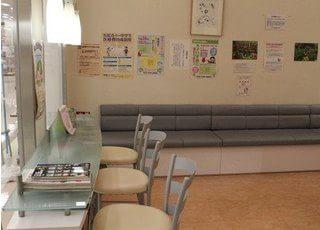 待合室には広いソファーがあります。リラックスしてお待ちください。