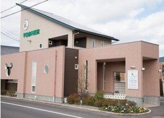 平田歯科医院の外観です。駐車場も完備しています。