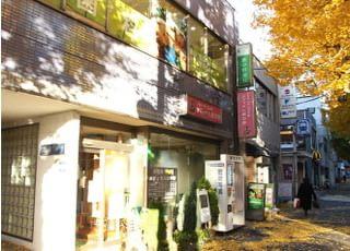 当院は新中野駅から1分と近く、平日は20時まで診療を行っているため、会社帰りなどでもお立ち寄りいただけます。