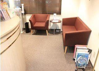 診療までの間、こちらの待合室でお待ち下さい。
