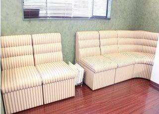 待合室です。広々とくつろげる空間となっております。