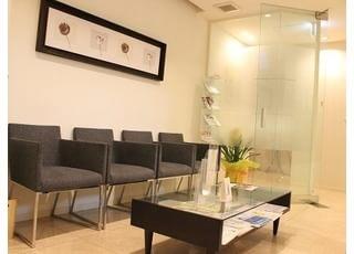 綺麗な待合室ですのでリラックスしてお待ちいただけます。