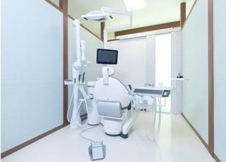 診療室はしっかりと区切られ、パーソナルスペースを確保しています。