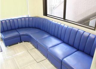 待合室にはふかふかなソファーがあるので、おくつろぎください。