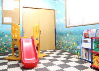 広いキッズスペースとなっております。お子様が満足できるように滑り台やおもちゃも用意しております。