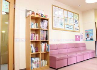 待合室です。絵本や雑誌もありますのでご自由に手にとってお待ち下さい。