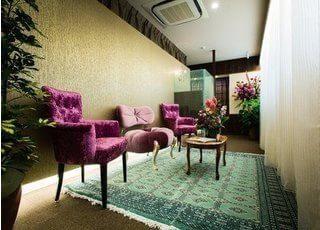 待合室はリゾートホテルのような空間を演出し、少しでもリラックスしていただけるよう配慮しております。
