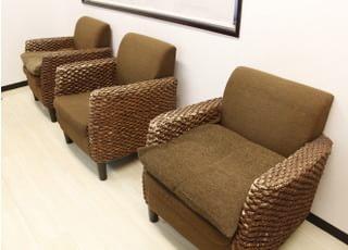 ふかふかですわり心地の良いソファーでお待ちください。