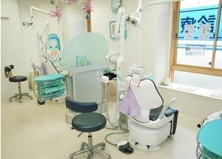診察室は明るく充分なスペースをとっております。