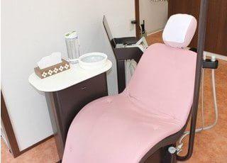 ピンク色の可愛らしい診療チェアです。