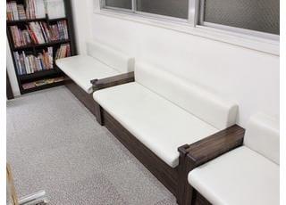 診療をお待ち頂く際は、待合室でどうぞリラックスしてください。