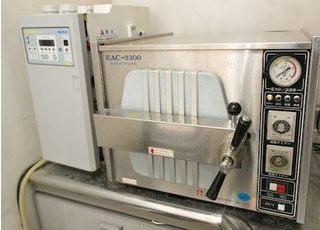 滅菌器です。使用した治療器具は必ず滅菌を行っております。