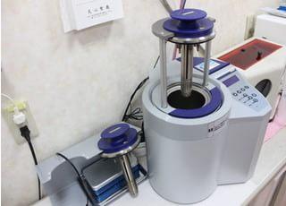 滅菌器で器具を清潔に保っております。