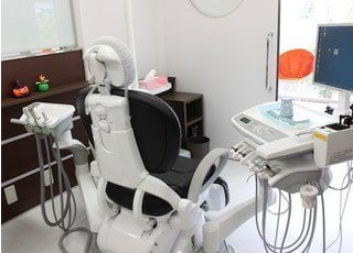 清潔で広々とした空間の診療室です。