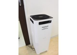 オペの前に空気清浄機でオペゾーンを衛生的な環境にしております。