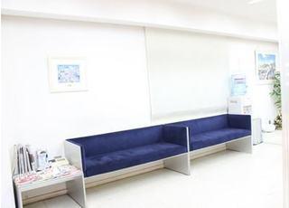 大きなソファーがある待合室です。