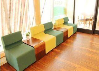 明るく、患者様がリラックスしていただける待合室になっております。