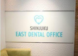 待合室には医院のロゴがデザインされております。