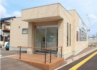 波多江駅から徒歩12分の位置にある、かじき歯科クリニックの外観です。