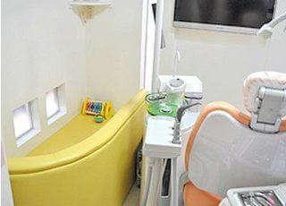 診療台横にキッズスペースがあるので安心です。