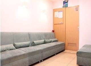 待合室です。お子様連れの方でも院内でお待ちいただけるよう、雑誌等も準備しています。