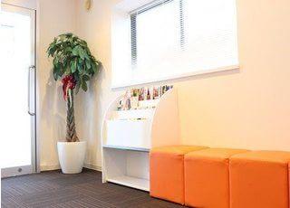 落ち着いた空間の待合スペースです。治療の前後はリラックスしてお待ちください。