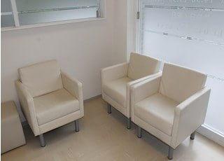 おしゃれな待合室です。こちらでお待ちください。