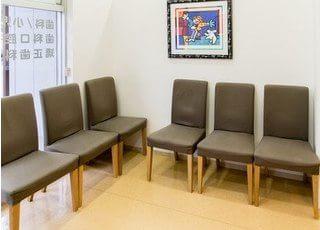 待合スペースです。診療やお支払いまでの間こちらでお待ちください。