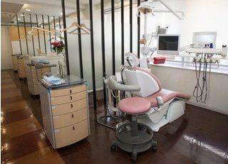 診療室です。隣のユニットとはパーテーションで区切られています。
