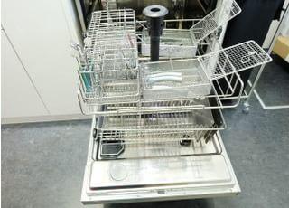大津歯科医院_見えるガラス張りの専用滅菌室、50インチモニター、そしてリラックスできるユニット