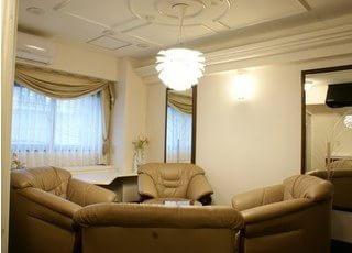 待合室は高級感溢れリラックスできる空間です。