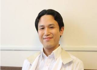 院長の堀田先生です。患者様の立場に立った治療をを提供できるよう心がけております。