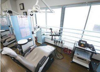 大きな窓で診察室を明るく照らします。