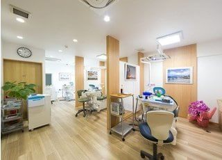 こちらが診察室です。心からリラックスして治療を受けられるような空間作りに努めております。