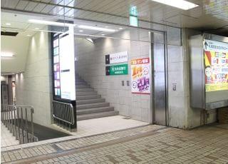 こちらの階段から直結です。