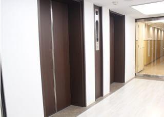 エレベーターで4階におあがりください。