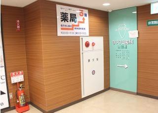 エレベーターを降りて右手に当院があります。