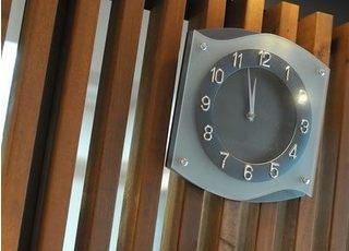 院内の時計です。おしゃれなデザインの院内になっています。
