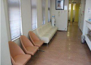 落ち着いた雰囲気の待合室です。ウォーターサーバーも置いてあります。