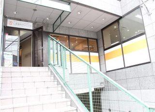 当ビルの2階までお越しください