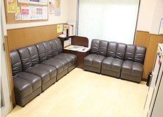 待合室には大きなソファがあり、ゆったりとお待ちいただけます。