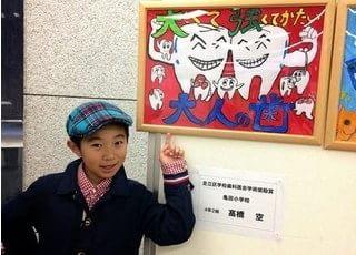 吉田歯科医院のファンの甥っ子さんが描かれた絵です。
