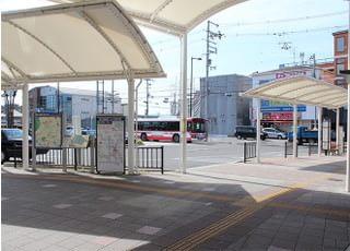 ②階段を下りたのち、右へ曲がってください。バス乗り場3が見えてきます。