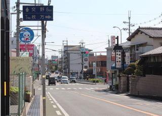 ④徒歩の方は3番バス乗り場を超え、構内を出たのち、左へ曲がってください。 駅から当院は徒歩9分ぐらいです。まっすぐ歩いて聞くと、西松屋が見えます。そのまままっすぐ進んでください。
