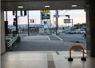 ②目の前の交差点を直進して、渡り切ったら、右に曲がります。