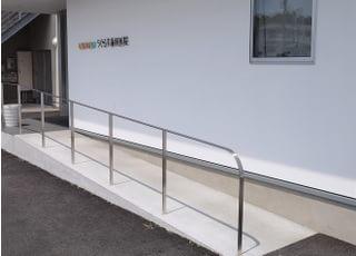 入口はバリアフリーに対応しスロープを設置しております。