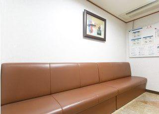 待合室です。診療までの間はこちらのソファーにかけてお待ち下さい。