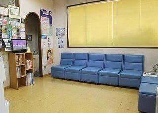 青のソファーがおしゃれな、開放的な待合室です。