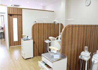 診療室はプライバシーに配慮し、仕切りがあります。